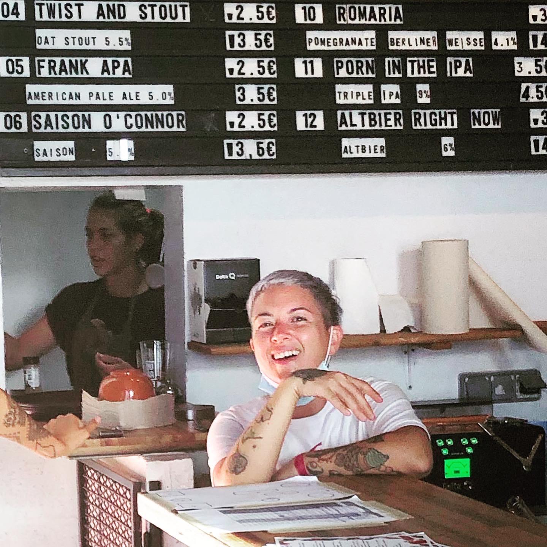 Jenifer Duke em primeiro plano e Lara Espirito Santo (atrás) no tap room da Fábrica da Musa durante o evento Tripleflx na Fábrica da Musa