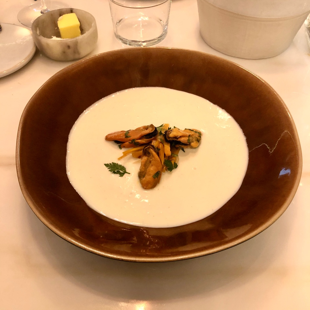 Creme de couve flor com escabeche de mexilhões do restaurante Essencial, em Lisboa