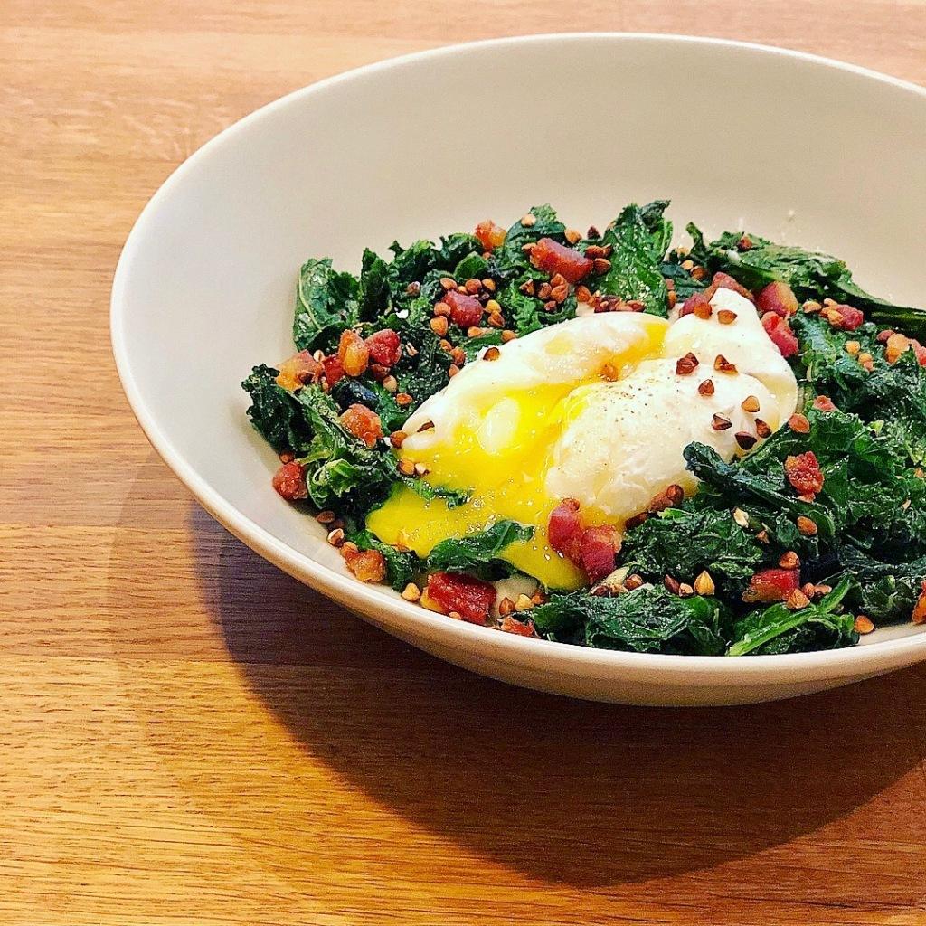 kale, puré de couve-flor, ovo escalfado e chouriço