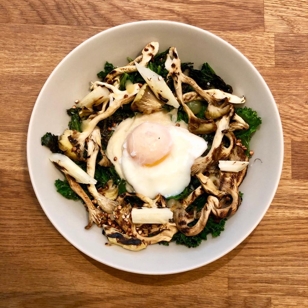 Couve kale, puré de aipo bola, espargos, cogumelos pleurotos e ovo escalfado