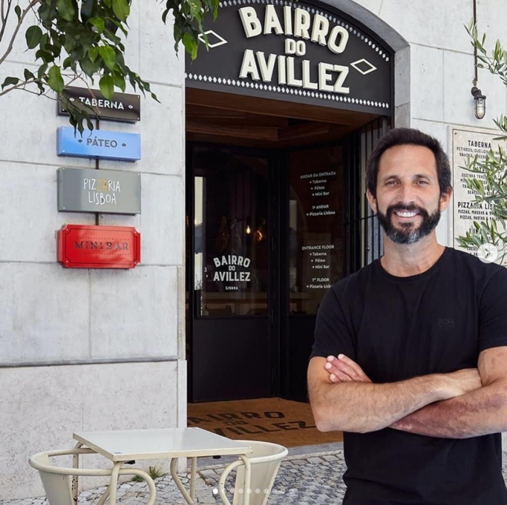 José Avillez à porta do Bairro do Avillez