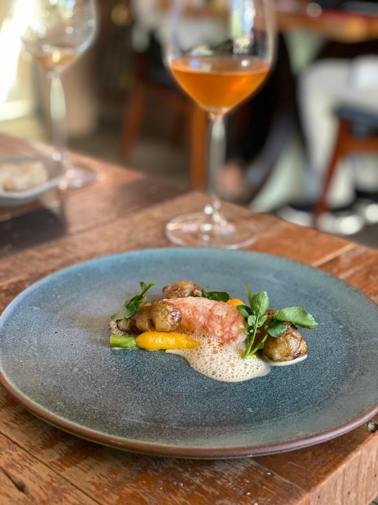 Restaurante Lasai, Rio de Janeiro lagostim com tupinambo picles de cenourinha e azeite da casca do crustáceo