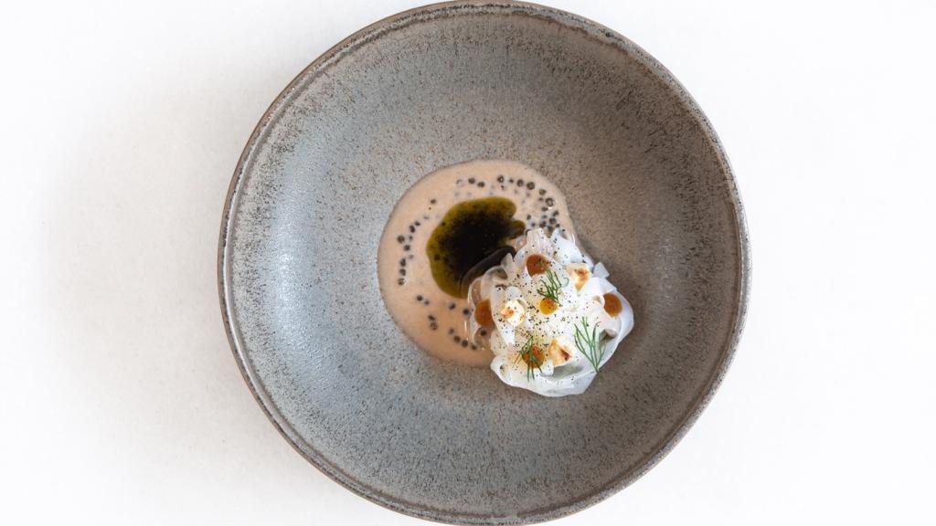 prato de lula, avelã, bergamota, manteiga torrada de algas e caviar do chefe Pedro Pena Bastos do Cura