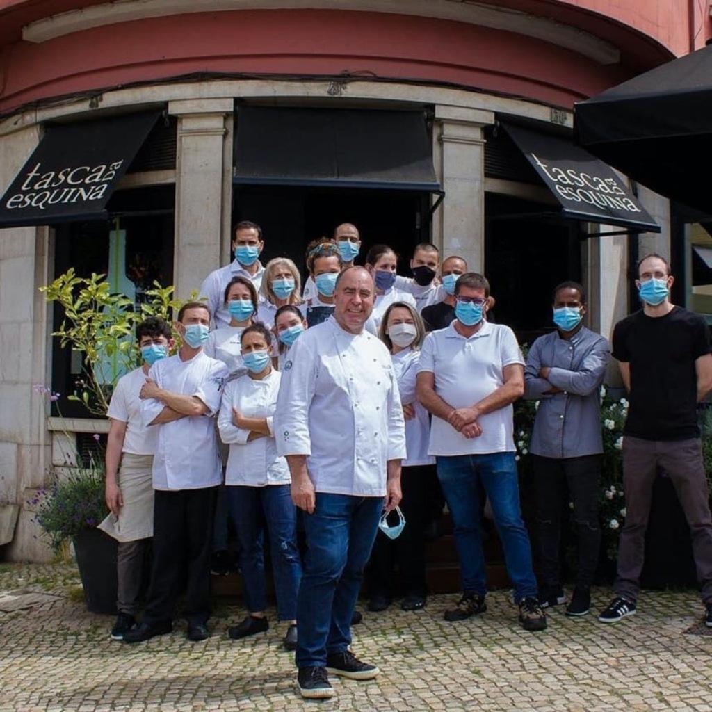 O chef Vítor Sobral com a equipa da Tasca da Esquina