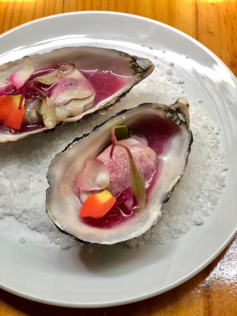 ostra, aguachile de uva e limão rosa do restaurante Metzi