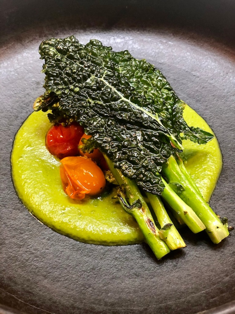 Mole de pistácio, brocolini e tomate confitado