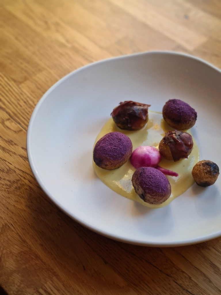 Batatas, molho de manteiga e miso de ervilha, nabo e sauerkraut de couve roxa