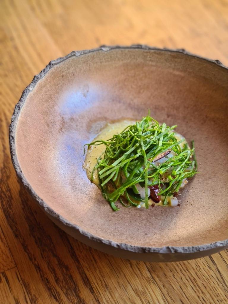Terceiro: tártaro de choco, gema fumada, ameixas e espinafre