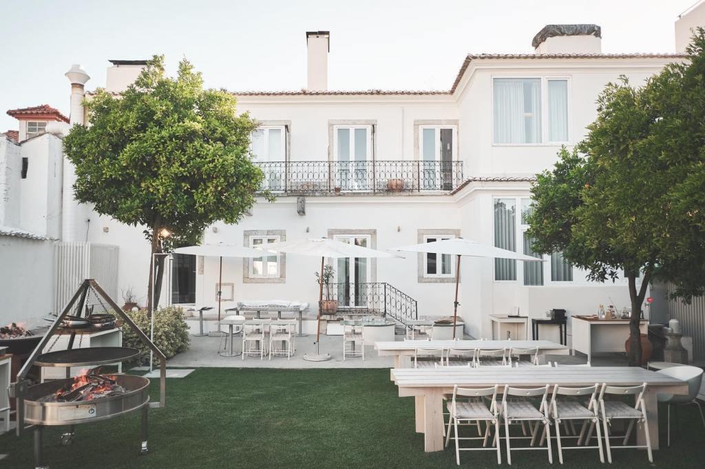 Vista do jardim do restaurante Plano, em Lisboa, onde se pode jantar sempre que o tempo o permite