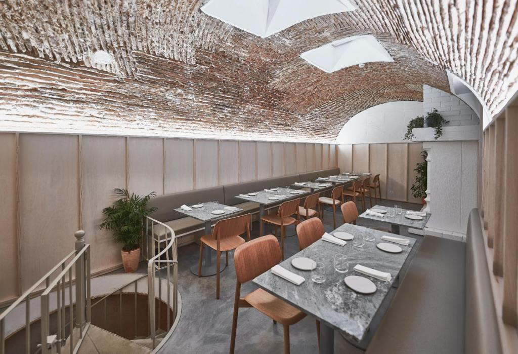 Sala interior (e acesso a sala privada no andar inferior) do restaurante Plano, em Lisboa